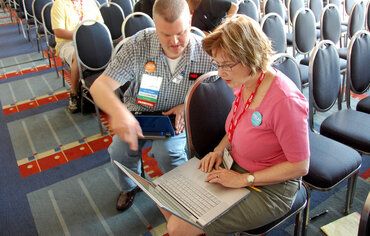 Scott McLeod helps an educator at a conference.